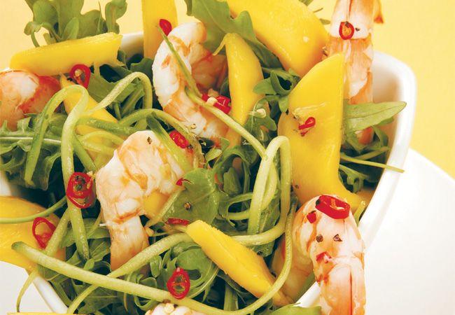 Räkor, raket, mango och gurka sallad med en zesty lime dressing